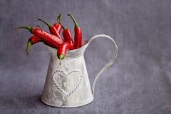 Pimienta de chiles rojos caliente en una cesta del gris del metal Imagen de archivo libre de regalías