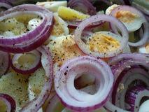 Pimienta de tierra negra en la ensalada de patata orgánica Imagen de archivo