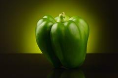 Pimienta dulce verde en fondo de color verde amarillo Imagenes de archivo