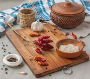 Pimienta, especias y ajo en la cocina ucraniana Foto de archivo