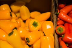Pimienta fresca en supermercado imagenes de archivo