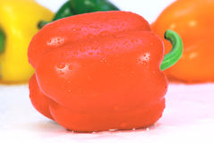 Pimienta fresca roja con gotas del agua imagen de archivo libre de regalías