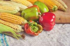 Pimienta, maíz y calabacín en un mantel de lino Foto de archivo