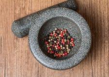 Pimienta mezclada en mortero Foto de archivo libre de regalías
