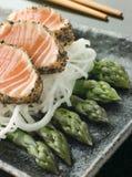 Pimienta negra chamuscada del Sashimi de color salmón con un Mouli Imagen de archivo libre de regalías