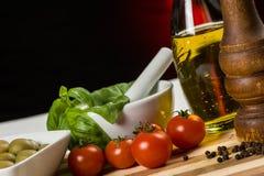 Pimienta, petróleo, aceitunas y tomates imagen de archivo libre de regalías