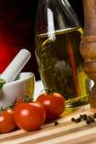 Pimienta, petróleo y tomates - ascendente cercano Fotografía de archivo libre de regalías