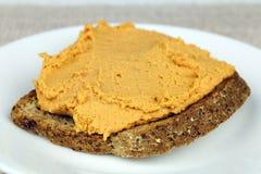 Pimienta roja Hummus en tostada Imágenes de archivo libres de regalías
