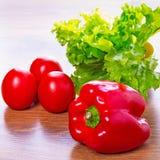 Pimienta roja, lechuga y tomates Fotos de archivo
