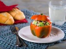 Pimienta roja rellena con la ensalada del bróculi fotos de archivo