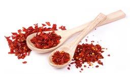 Pimienta roja secada - especia en cuchara de madera Foto de archivo libre de regalías
