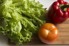 Pimienta roja, tomate y lechuga Fotos de archivo