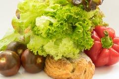 Pimienta roja, tomates verdes anaranjados y pan, bollo, bollo dulce, bollo con el azúcar Fotos de archivo