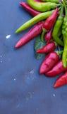 Pimienta roja y verde en fondo oscuro del tablero Fotos de archivo libres de regalías