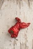 Pimienta secada al sol roja una cesta en la tabla de madera Fotos de archivo