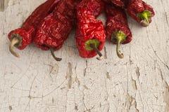Pimienta secada al sol roja una cesta en la tabla de madera Foto de archivo libre de regalías