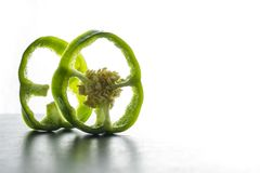 Pimienta verde cortada aislada en el fondo blanco foto de archivo
