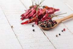 Pimienta y chile mezclados en fondo de madera Fotografía de archivo libre de regalías