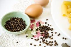 Pimienta y huevos de los macarrones Imágenes de archivo libres de regalías
