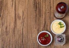 Pimienta y sal, salsa de tomate y mayonesa Foto de archivo libre de regalías