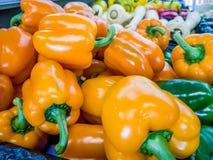 Pimientas amarillas orgánicas frescas en un supermercado Imágenes de archivo libres de regalías