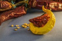 Pimientas amarillas y candentes secas con la semilla Imagenes de archivo