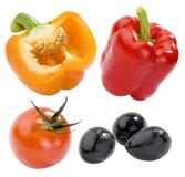Pimientas amarillas y rojas, tomate y aceitunas negras Foto de archivo libre de regalías