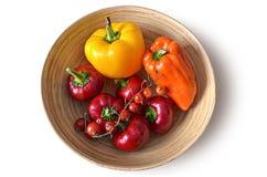 Pimientas amarillo-naranja rojas maduras frescas en una placa, cosecha de cosecha propia del otoño - fondo - trayectoria de recor Fotografía de archivo