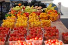 Pimientas calientes, cereza Tomatoe en el mercado de los granjeros Fotos de archivo
