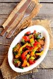 Pimientas cocidas con la berenjena, el ajo y cebollas verdes Comida calurosa de la dieta Visión superior Fotos de archivo libres de regalías