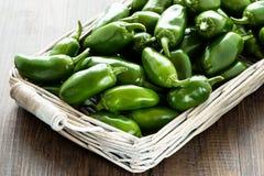 Pimientas de chile calientes verdes crudas de los jalapenos Foto de archivo
