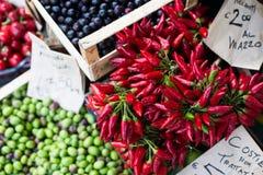 Pimientas de chile en mercado del aire abierto en Italia Imágenes de archivo libres de regalías