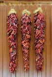 Pimientas de chile que cuelgan Ristras Foto de archivo libre de regalías