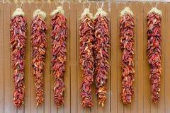 Pimientas de chile que cuelgan Ristras Imagen de archivo libre de regalías