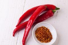 Pimientas de chile rojas y amarillas frescas con la especia imagen de archivo libre de regalías