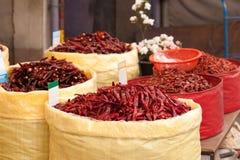 Pimientas de chile rojo en el mercado Imagen de archivo