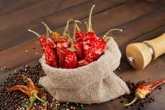 Pimientas de chile rojo en un saco de la lona Imagen de archivo libre de regalías