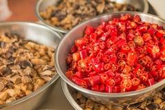 Pimientas de chile rojo, opinión partida del primer Foto de archivo