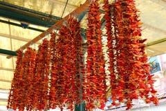 Pimientas de chile rojo secadas que cuelgan para la venta Fotos de archivo libres de regalías
