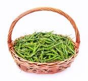 Pimientas de chile verdes frescas y picantes en cesta de la rota imagen de archivo