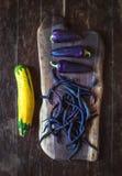 Pimientas de chile violetas, habas y calabacín amarillo encendido Imagen de archivo