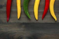 Pimientas de chiles de Pimienta en fondo de madera Fotografía de archivo libre de regalías