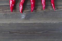 Pimientas de chiles de Pimienta en fondo de madera Foto de archivo libre de regalías