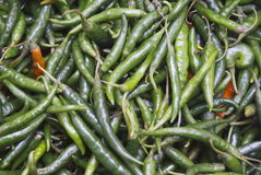 Pimientas de chiles verdes brillantes Fotos de archivo libres de regalías