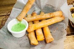 Pimientas de chiles verdes fritas también conocidas como palillos de la dinamita foto de archivo libre de regalías