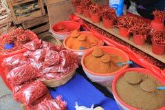 Pimientas, especia en el mercado mexicano de los granjeros foto de archivo