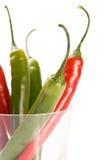 Pimientas frías rojas y verdes en vidrio imagenes de archivo