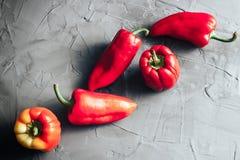 Pimientas rojas dulces de Bell en el hormigón Foto de archivo