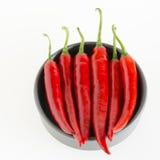 Pimientas rojas en un cuenco gris Fotografía de archivo