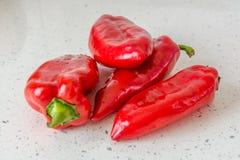 Pimientas rojas en worktop de la cocina Imagen de archivo libre de regalías
